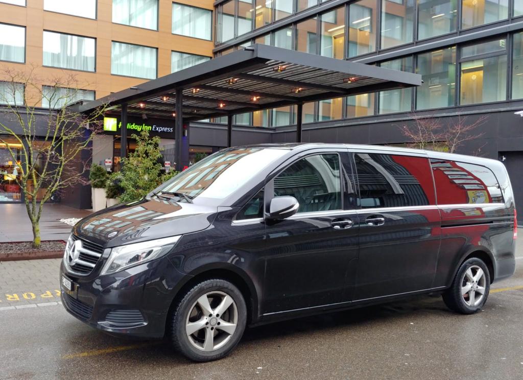 Mercedes Van von Airport Taxi Service Basel vor einem Hotel parkiert.