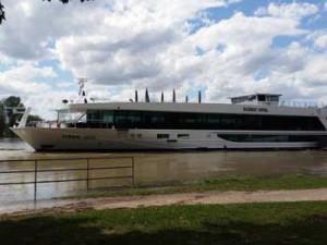 Das fünf Sterne Kreuzfahrtschiff Scenic Opal liegt am Viking-Steiger in Mannheim.