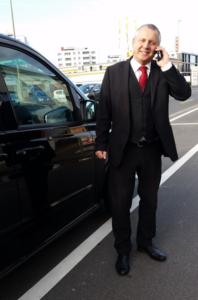 Patrick Veuillet, der CEO neben seinem Mercedes Fahrzeug am EuroAirport / Taxi Service Basel. Tel. 079 655 77 67